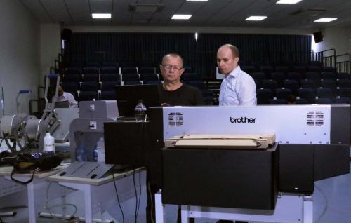 1. Dmitry và Andrey chuẩn bị máy móc cho hội thảo