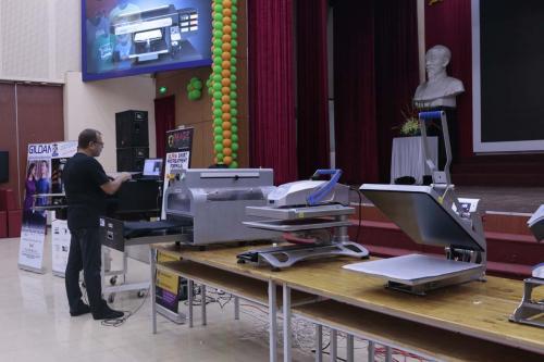 2. Cài đặt máy trong đào tạo máy in DTG