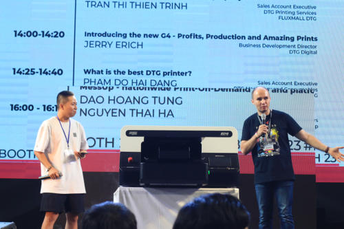 4. Truong Ngoc Anh and Dmitry Sarbaev on stage at Sole Ex