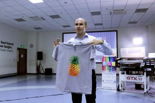 5. Dmitry Sarbaev hiển thị mẫu in trực tiếp lên vải