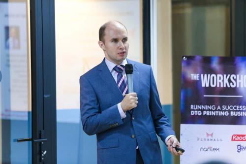 3. Dmitry Sarbaev phát biểu về doanh nghiệp hiện có in trực tiếp đến các mẫu may